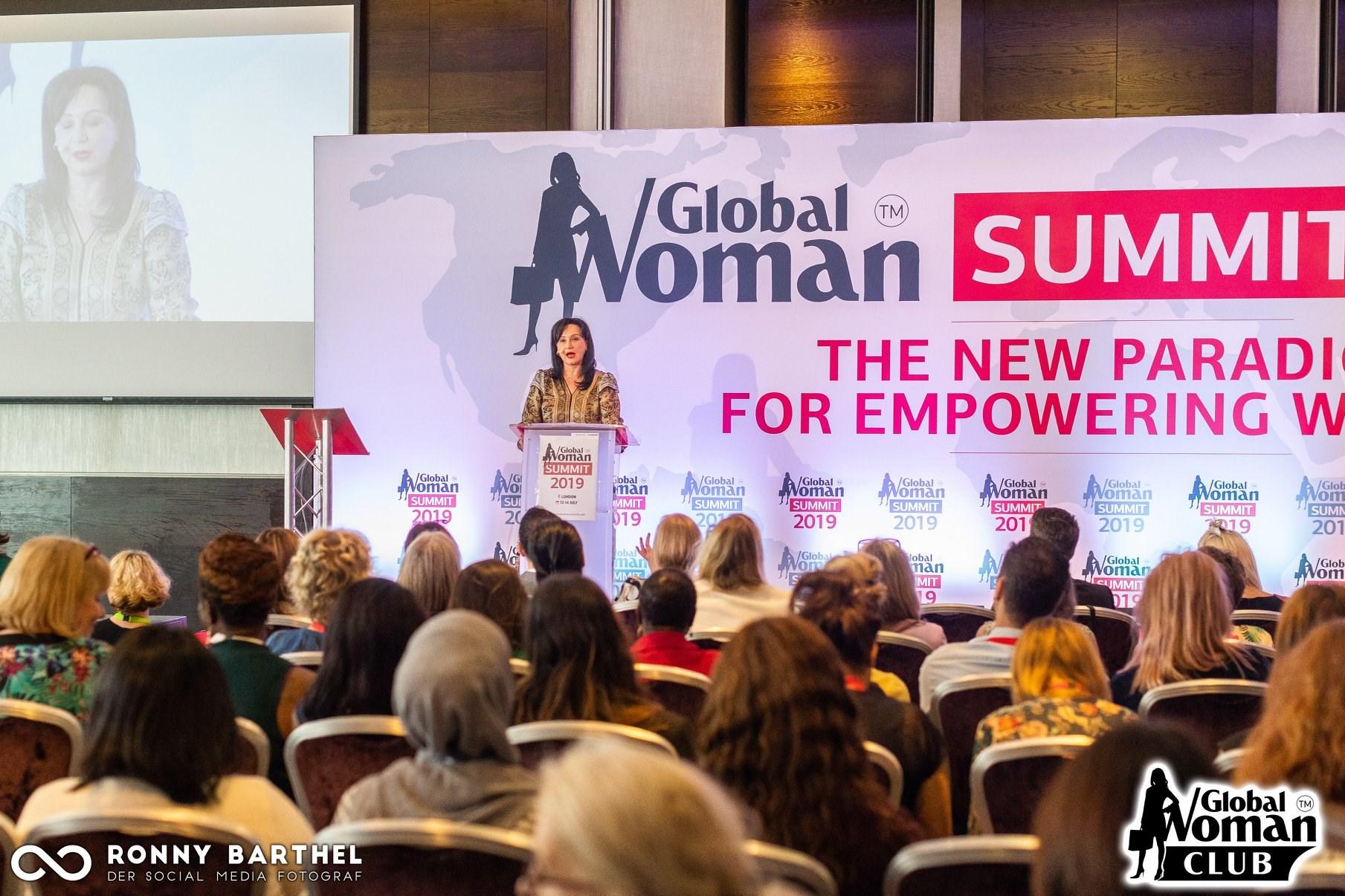 """Gruaja e zvns ambasadorit anglez në Shqipëri i jep çmimin """"Phenomenal Global Woman"""" Linda Ramës në ''Global Woman Summit'' në Londër!"""